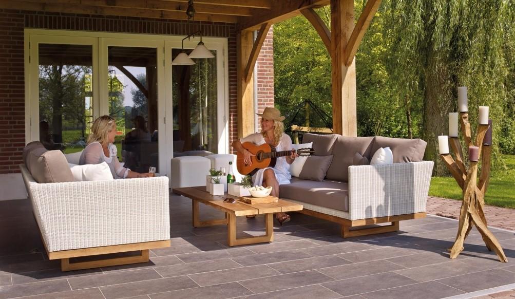 Itt a tavasz, ideje a kertben lévő bútorokat is kezelésbe venni - Kerti bútor felújítás kültéri fafestékekkel.