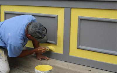 Alapozás az új réteg kültéri falfesték felvitele előtt.