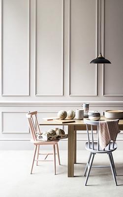 Könnyen stílussal ruházhatunk fel egy egyszerű szobát is a megfelelő faldekorációval.
